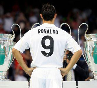 Ronaldo berkostum Real Madrid dengan nomor punggu 9