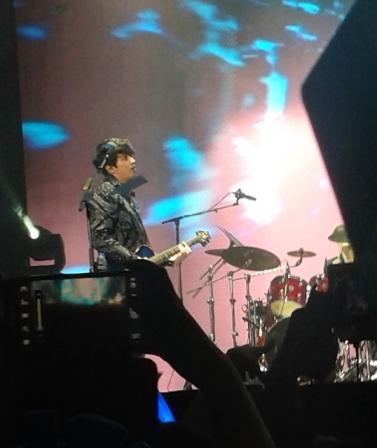 Di awal performance, Yonghwa sang vocalist yang juga leader, memakai jaket batik. Ini yang bikin terpesona. Orang ini!
