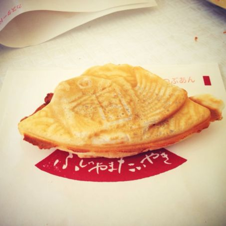 Taiyaki - Fish-shaped cake. Biasanya isinya red bean paste. Tetapi yang isinya custard is the best!